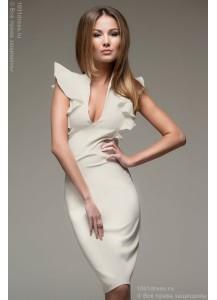 Ванильное платье-футляр с воланами на плечиках