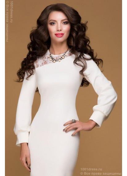 Трикотажное платье молочного цвета с длинными рукавами и кружевной вставкой