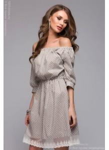 Бежевое платье длины мини с открытыми плечами и мелким принтом