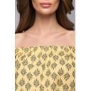 Желтое платье длины мини с открытыми плечами и крупным принтом