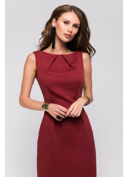 Платье-футляр бордовое без рукавов с защипами на горловине