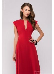 Красное платье длины макси с глубоким декольте