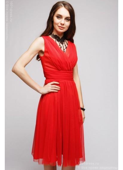 Красное платье длины миди с запахом без рукавов