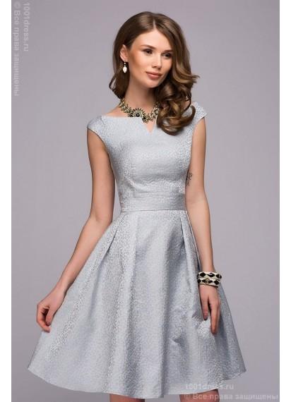 Платье голубое длины мини с открытыми плечами и складками на юбке